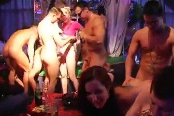 Групповой секс с телочками в клубе