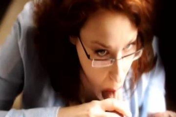 Женщина сосёт сладкий хуй в очках
