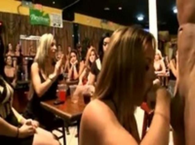 видео у девушки хуй она развлекает подругу