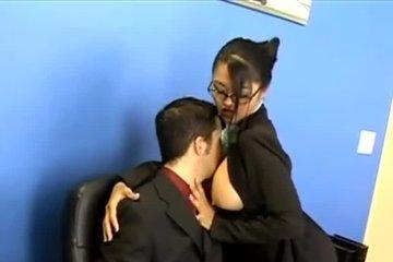 Азиатка пришла проводить опрос в офис