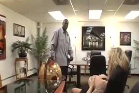Негр с длинным членом трахает полногрудую секретаршу в офисе