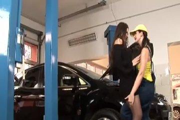 Ланьет, дрочка и фистинг между Сандрой и Клаудией в автомастерской