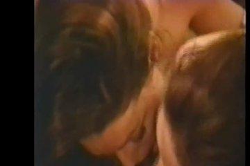 Самки горячо дёргают ствол двумя ручками