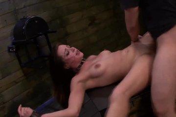 Господин ебет секс-рабыню в подвале