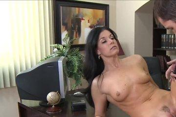 Сотрудник ебет начальницу и вылизывает ей пизду