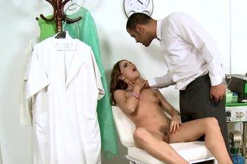 Доктор жарит прелестных пациенток и прекрасно удовлетворяет их
