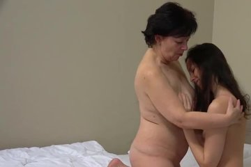 Зрелая баба трахается с молоденькой красоткой
