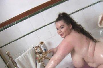 Толстая деваха с огромными сиськами мастурбирует в ванной