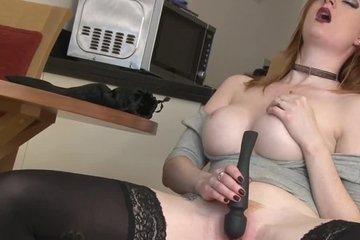 Рыжая девка в в чулках мастурбирует перед камерой