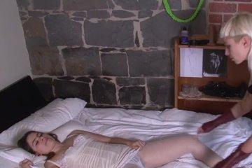 Озабоченная лесбиянка пристает к спящей подруге и разводит ее на секс