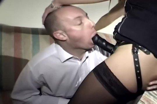 Женщина в чулках трахает приятеля страпоном и заставляет лизать пизду