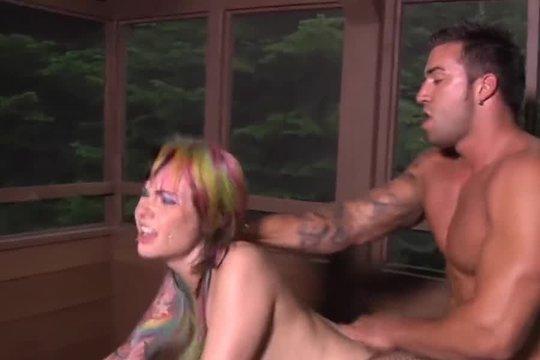 Чувак ебет татуированную сучку огромным членом и доводит до оргазма