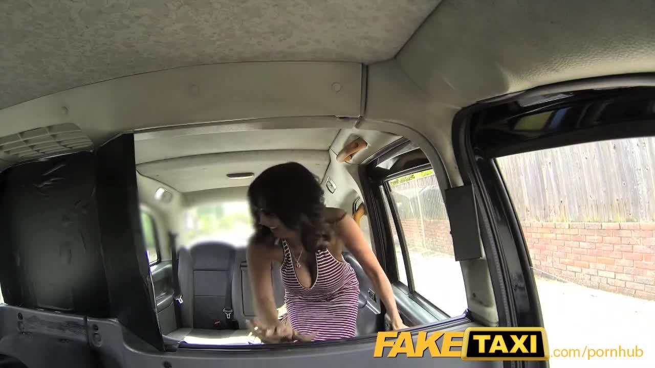 Брюнетку отодрали в такси — photo 4