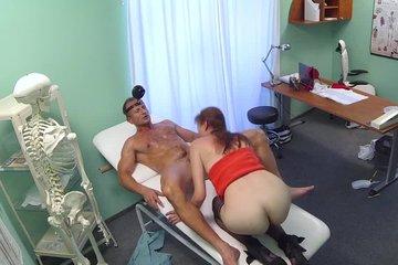 Зрелый опытный доктор вылизал пациентке пизду и выебал ее на кушетке