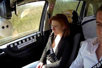 Таксист выебал рыжую шлюшку на заднем сиденье авто