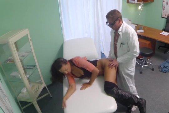 Озабоченный гинеколог выебал симпатичную пациентку