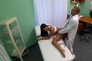 Тщательный осмотр со стороны доктора привел к сексу
