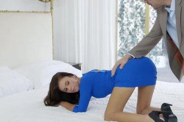 Поимел девку в зад крупным хером и заставил визжать от оргазма
