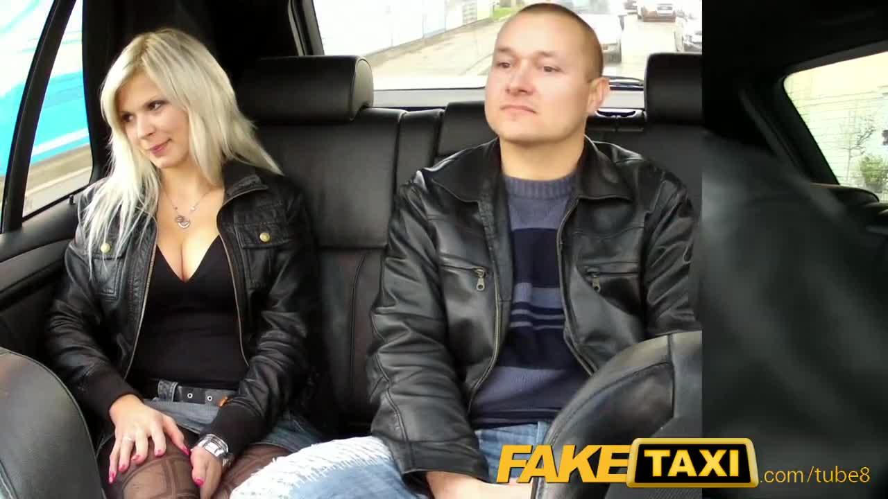 Таксист трахает пассажиров