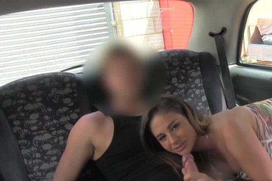 Таксист устроил горячий секс с грудастой пассажиркой такси