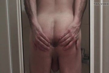 Зрелый гей с пузом моется в душе и лапает свою попку