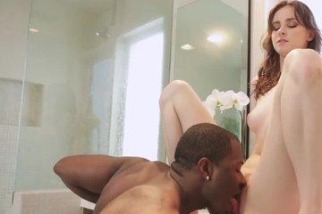 Негр лижет, дает сосать и сладко трахает худую рыжую красавицу в ванной комнате