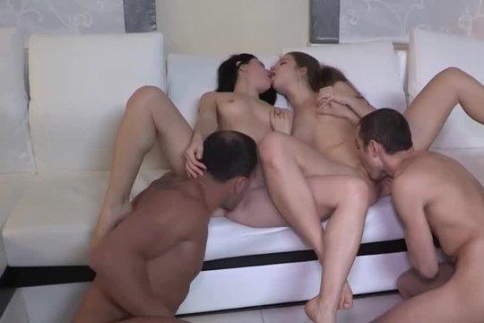 Русские свингеры занимаются сексом пара с парой на диване