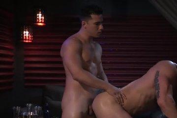 Красивый парень громко стонет от секса с жигало в гей клубе