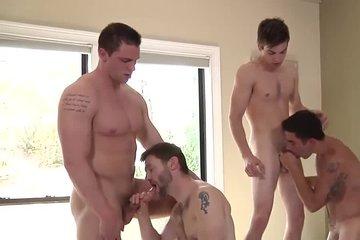 Две пары геев устроили свинг секс и даже двойной анал