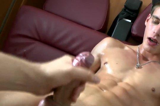 Парень гей обмазал друга маслом и дрочит его стояк