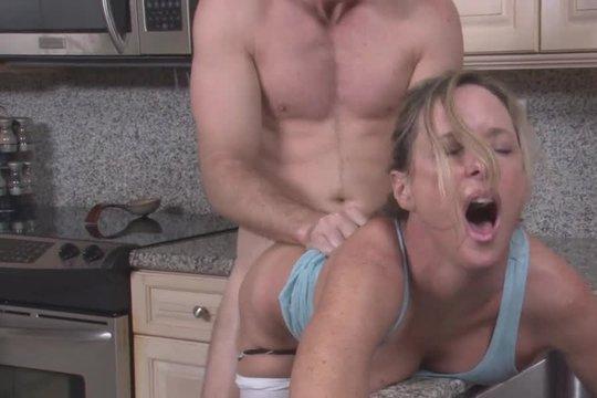 Молодой любовник трахнул раком на кухне зрелую домохозяйку