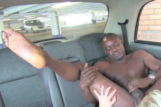 Зрелая блондинка с буферами сосет и лижет очко негру в машине