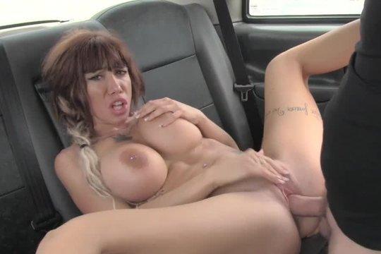 Рыжая проститутка с большими буферами рассчиталась с таксистом привычным способом