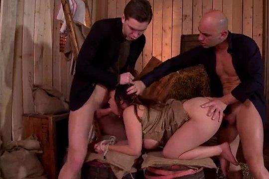 Отодрали вдвоем секс рабыню во все дырки и поссали на лицо