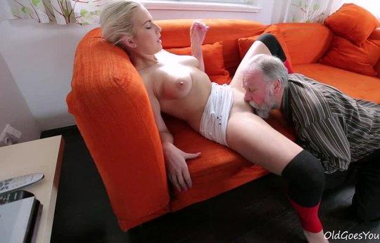 Седой дед лижет, дает в рот и трахает собственную внучку блондинку в гольфах