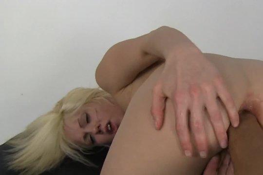 Блондинка попросила друга разъебать ее очко рукой