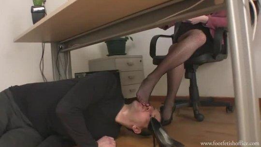 Начальница заставила подчиненного нюхать свои ноги в чулках