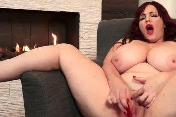 Рыжая толстая зрелая сучка с большими сиськами трахает себя секс игрушкой