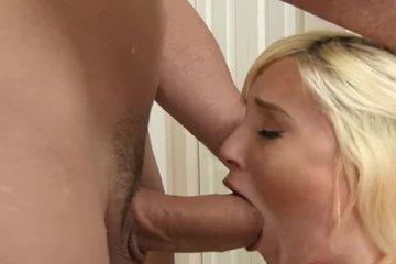 Лысый здоровяк жестко разъебывает миниатюрную блондинку в рот и вагину