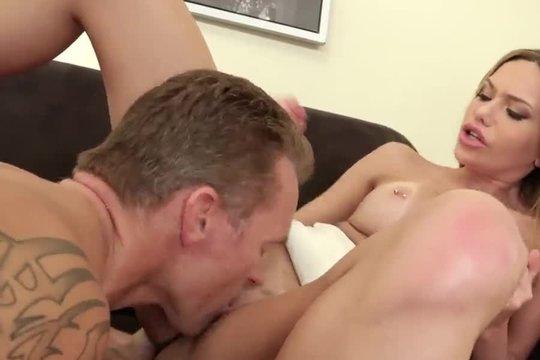 Босс дал в рот секретарше блондинке, отлизал ее и трахнул