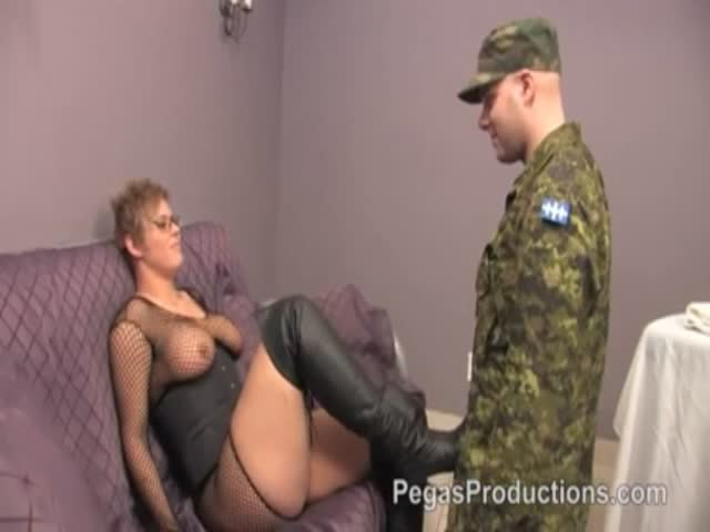 вас интересует охранник ебет жену офицера клеток