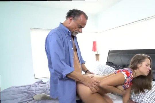 Отец трахает раком молодую дочь у себя в спальне на большой кровати