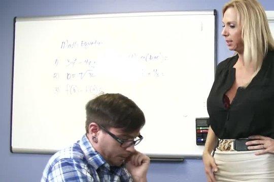 Студент трахает грудастую зрелую преподавательницу ради зачёта