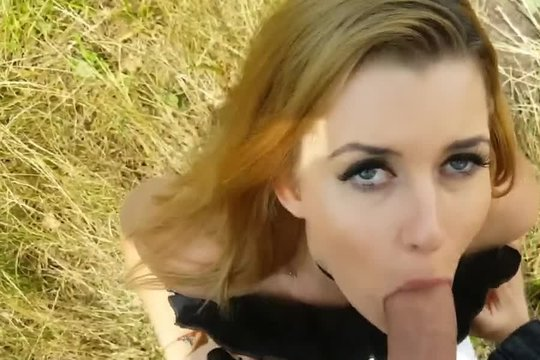 Красивая блондинка делает минет от первого лица на природе, ебется и принимает сперму на грудь
