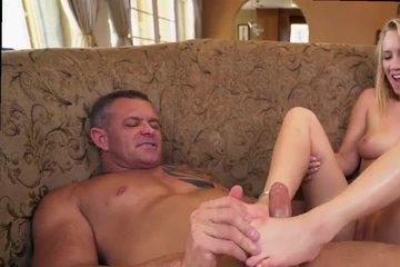 Опытный зрелый мужик трахает молодую блондинку после того, как она подрочила ему ножками