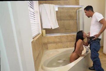 Молодая латинка отсосала у сантехника в ванной