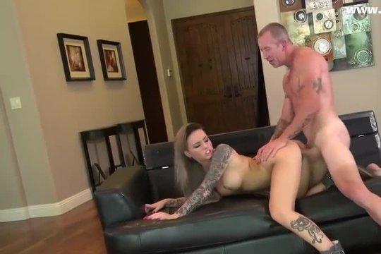Блондинка с татуировками ебется на диване со зрелым партнером