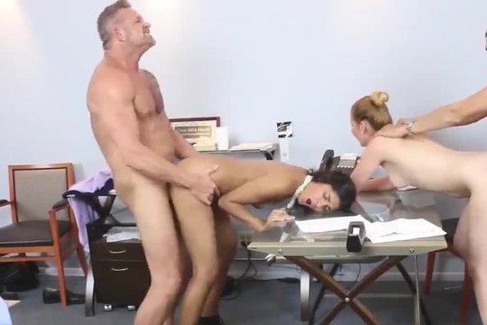 Два зрелых мужика ебут блондинку и брюнетку на каблуках прямо в офисе