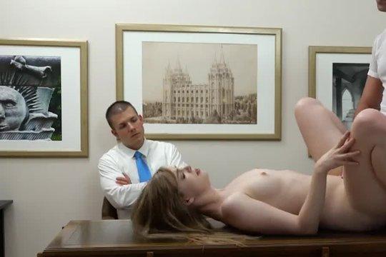 Зрелый любовник ебет худую блондинку с маленькой грудью в присутствии ее мужа