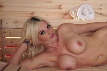Красивая зрелая блондинка с силиконовыми сиськами кокетничает в сауне